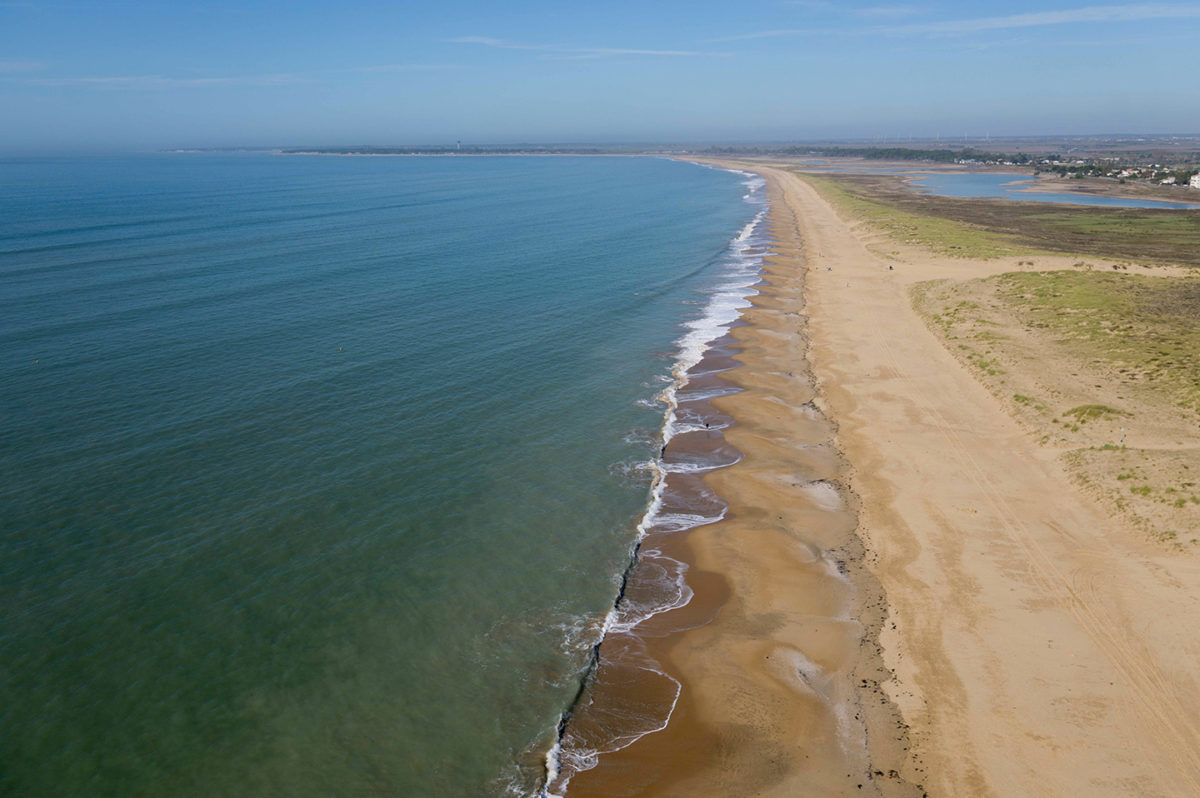 La côte sauvage avec ses dunes bordant les plages